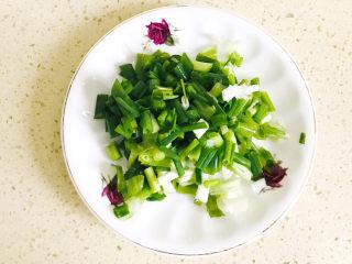 清爽美味的香肠凉皮拌黄瓜,葱洗净,切碎备用