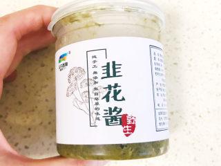 清爽美味的香肠凉皮拌黄瓜,这时可以准备芝麻韭菜花酱调味料,我用的是这种韭菜花酱