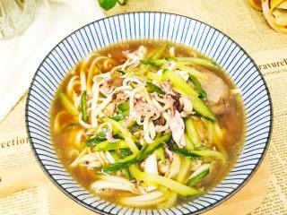 一碗鲜美的海鲜骨汤面