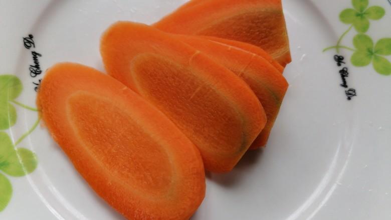 胡萝卜炒肉丝,将胡萝卜切成薄片