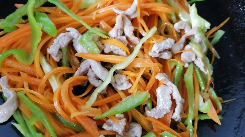 胡萝卜炒肉丝,最后放入肉丝一同翻炒,青椒断生后即可出锅