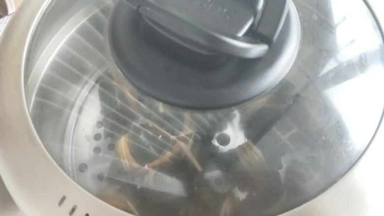 水晶粽子,盖上锅盖,冷水上蒸锅,待水开后蒸30分钟(如果包的大就多蒸一会)蒸好后焖3分钟即可(如果水煮的话就中大火大概35分钟 (时间可以根据粽子大小和锅来调整哈)