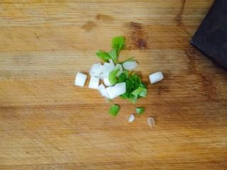 胡萝卜炒肉丝,小葱切碎,蒜切成片