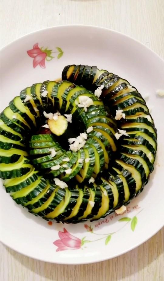 盘龙黄瓜,撒上蒜末