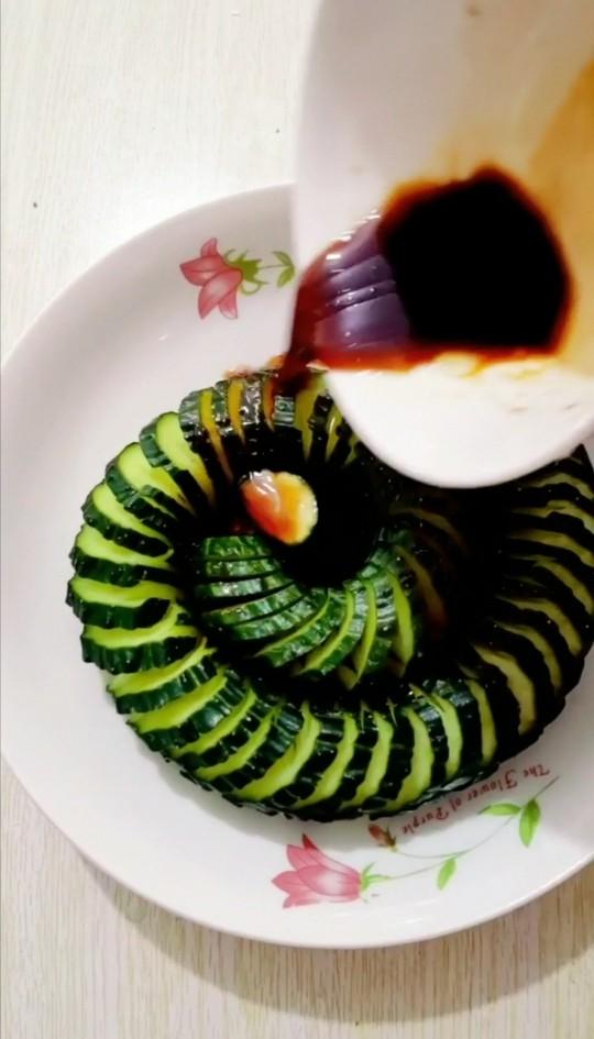 盘龙黄瓜,把黄瓜放入盘里,,浇上调好的汁