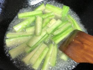 丝瓜蛋汤,加入适量开水