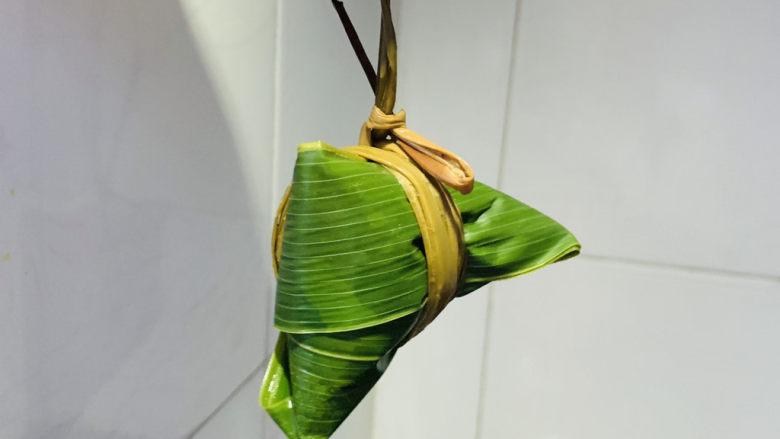 水晶粽子,粽绳裹紧,打活结,吃的时候比较方便打开