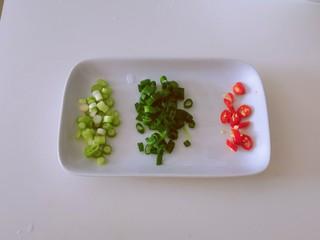 丝瓜蛋汤,香葱切小圈  葱白和葱绿分开
