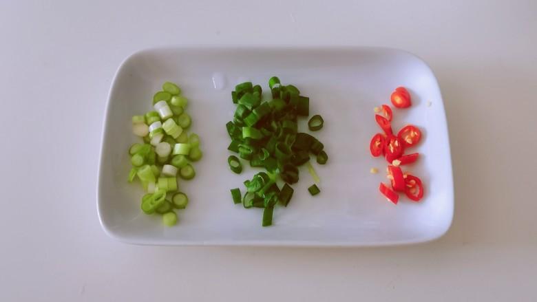 丝瓜蛋汤,<a style='color:red;display:inline-block;' href='/shicai/ 3232'>香葱</a>切小圈  葱白和葱绿分开