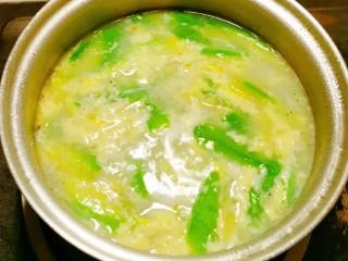 丝瓜蛋汤,蛋花慢慢浮起