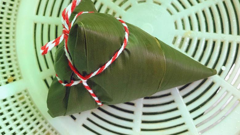 红豆粽子,再用绳子绑起来
