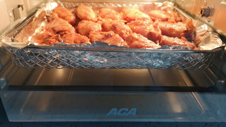 蒜香炸鸡翅,取出翻面,继续送入空气炸烤箱,直到炸烤箱时间到自动停止工作。