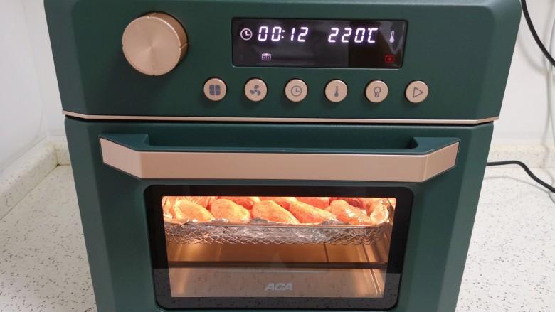 """蒜香炸鸡翅,选择炸烤箱的""""空气炸""""功能。"""