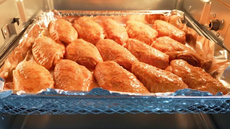 蒜香炸鸡翅,送入ACA空气炸烤箱。
