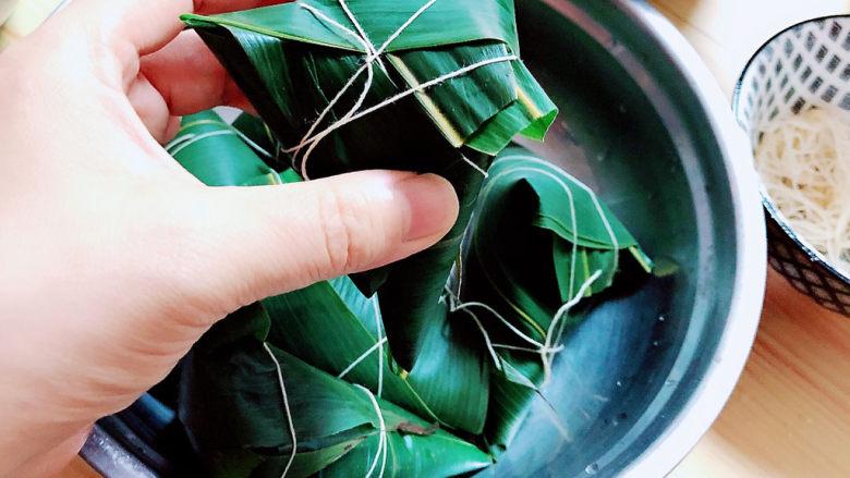 红豆粽子,用绳子将粽子捆绑几圈,避免粽子散开。