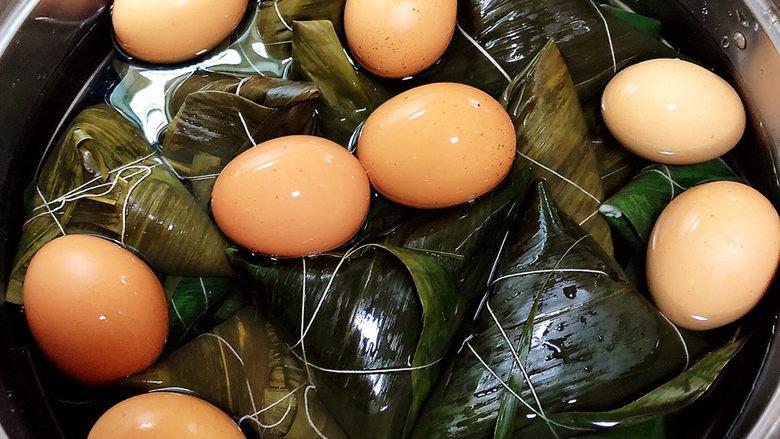 红豆粽子,倒入清水,莫过粽子即可。中火煮1小时,焖几小时或者一夜味道更佳。