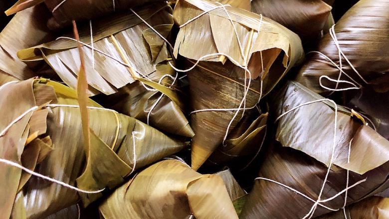 红豆粽子,逐一包好粽子放入盆中。