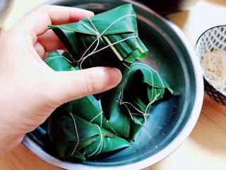 水晶粽子,将粽子包起后,用绳子将粽子捆绑几圈,避免粽子散开。