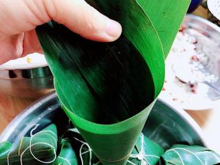 水晶粽子,卷起成一个漏斗形状。