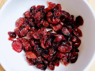 水晶粽子,准备一些蔓越莓干,洗净待用。