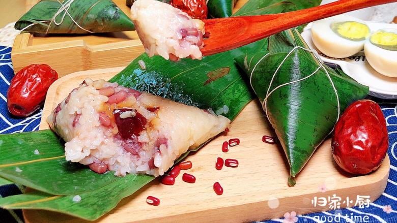 红豆粽子,可以浇上一些红糖汁或者撒上一些白糖,都是极好的选择哟!