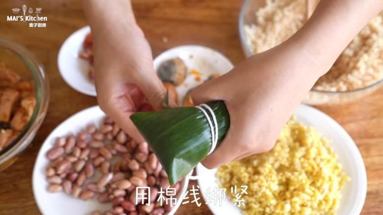 自制广式腊味蛋黄肉棕,反向折回盖在糯米上,包起来,用棉线绑紧