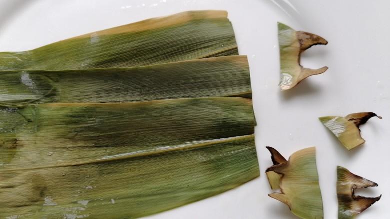 红豆粽子,将粽叶顶端剪齐