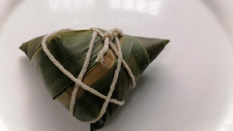 红豆粽子,包成这样然后用粽绳将粽子捆起来