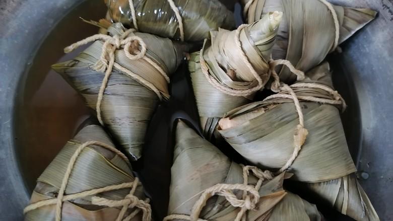 红豆粽子,期间水干要加几次水,煮大约两个小时即可关火