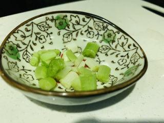 清炒莴笋丝,葱白洗净切粒