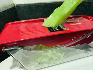 清炒莴笋丝,用网厨兑换的厨具推丝,很好用