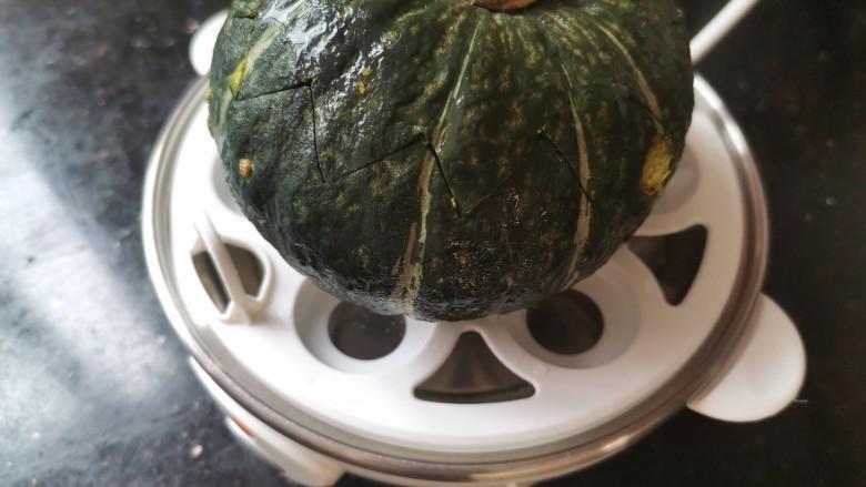 南瓜布丁,蒸蛋器加满水放上贝贝瓜蒸10分钟
