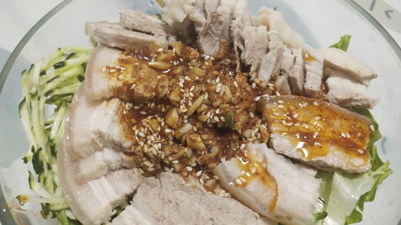 夏季冷吃荤菜—蒜泥白肉,倒入调好的酱汁,搅拌均匀,腌制10分钟左右