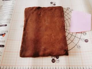 豆根糖,移至面板  擀成大片 厚度约8-10毫米