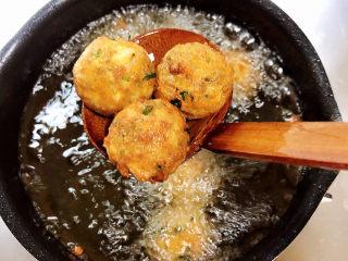 炸胡萝卜丸子,中火将丸子炸至金黄色,大约4-5分钟即可淋油捞出。