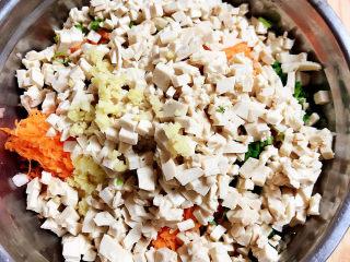 炸胡萝卜丸子,将豆腐切丁儿放入盆中。