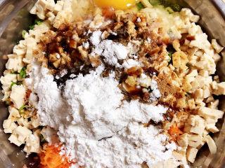 炸胡萝卜丸子,放入盐、耗油、生抽、花椒粉、十三香、白胡椒粉、鸡蛋、玉米淀粉。