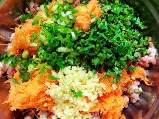 炸胡萝卜丸子,将葱姜、香菜切末放入盆中。