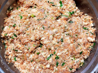 炸胡萝卜丸子,带上一次性手套,将馅料抓拌均匀。
