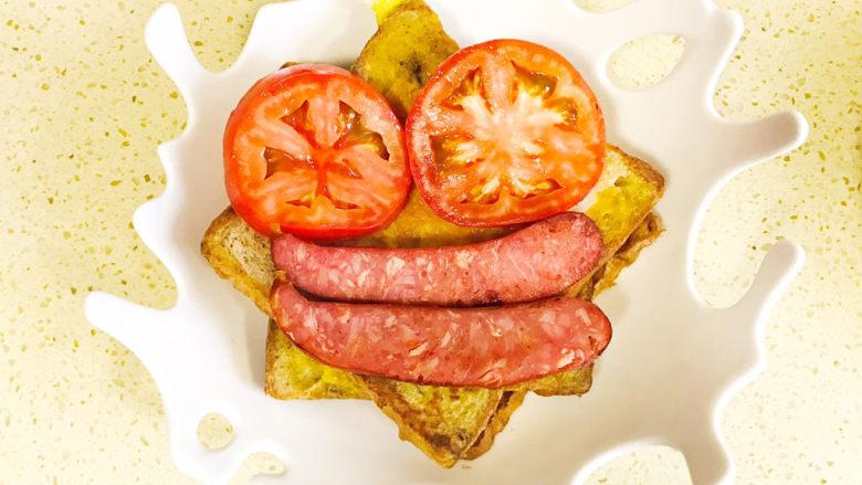 """一个人的趣味早餐—笑脸吐司,再取两根香肠摆放在""""嘴巴""""处"""