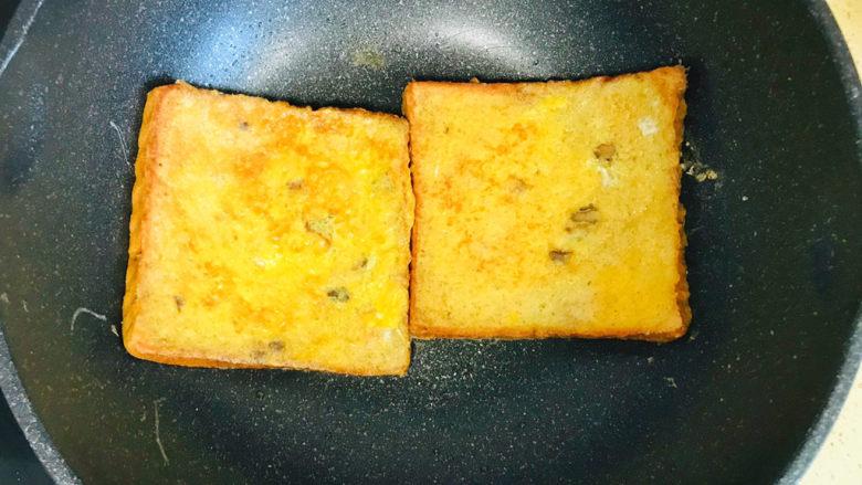 一个人的趣味早餐—笑脸吐司,一面煎成金黄色,小心地翻过来,继续将另一面煎成金黄色