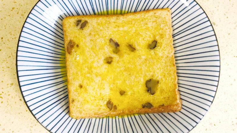 一个人的趣味早餐—笑脸吐司,翻过来再浸一下,使之正反两面全部浸湿,鸡蛋液均匀包裹住吐司片