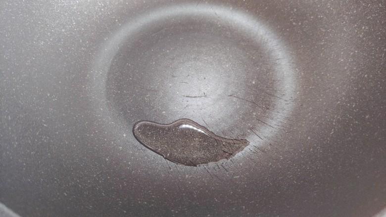 丝瓜蛋汤,炒锅搁置炉火上,入少许食用油