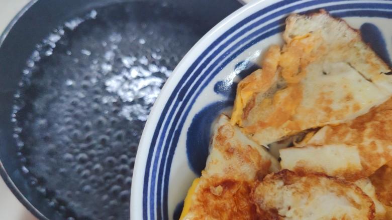 丝瓜蛋汤,水开后放入鸡蛋