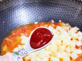 番茄土豆丁,加入番茄酱