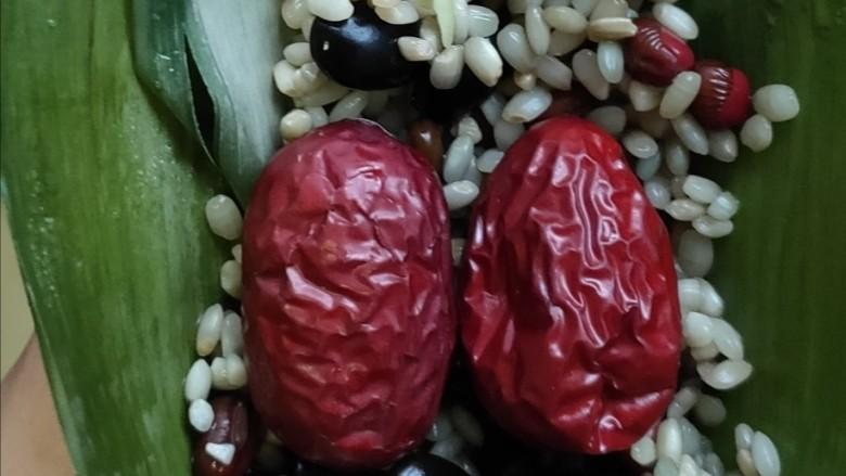 红豆粽子,上面再加两个红枣