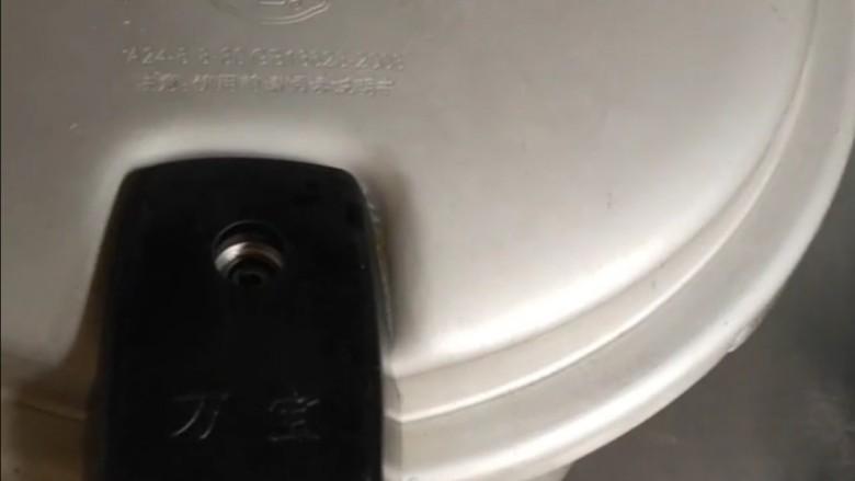 红豆粽子,放入高压锅中煮30分钟