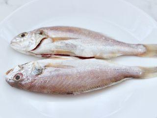 风味烧烤鱼,把洗净沥干水分的鱼,放入盘中。