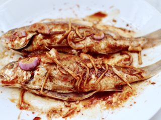 风味烧烤鱼,用手抓匀后腌制30分钟。