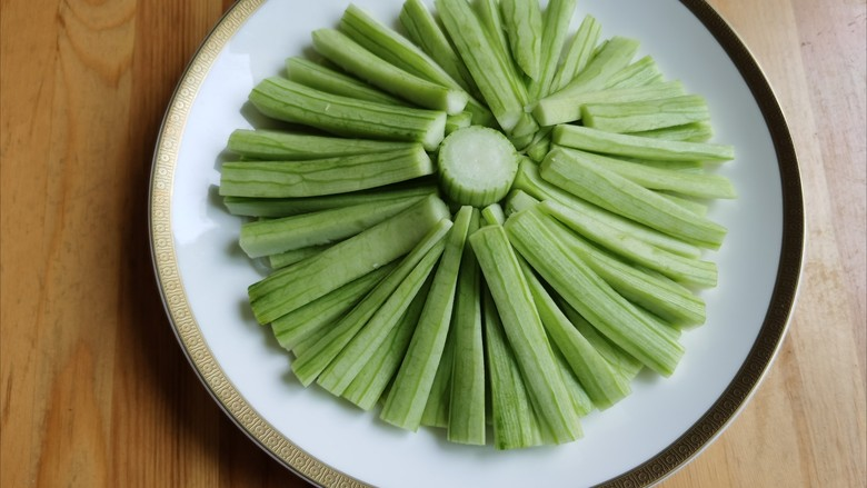 蒜蓉蒸丝瓜,将切好的丝瓜条摆放在粉丝上面。